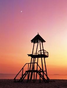 夕阳下的了望塔图片